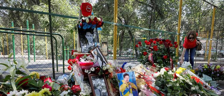 花滑名将遇刺身亡 民众组织悼念活动