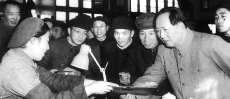 老照片:毛泽东与普通民众合影