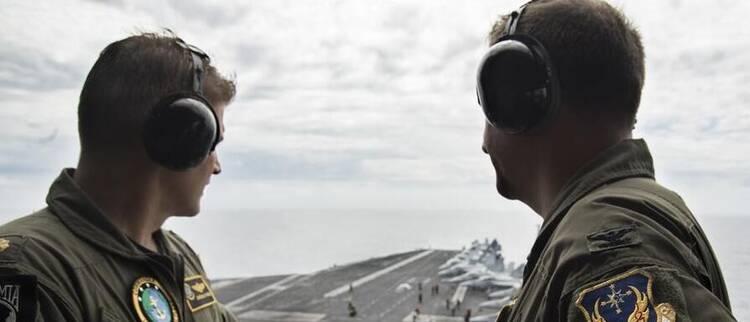 美航母进南海气氛轻松 专家:虚张声势而已