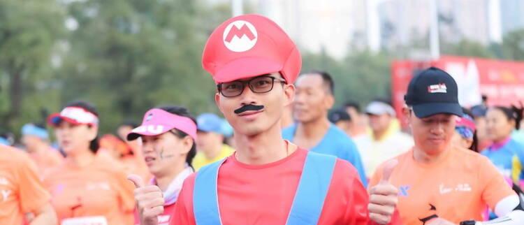 2017广州马拉松个性开跑 选手奇装异服抢镜