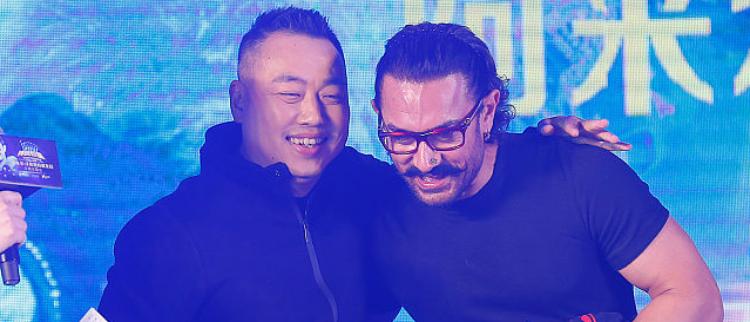 阿米尔·汗和刘国梁对打乒乓球