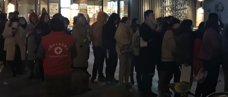 江苏盐城:民众深夜排长队