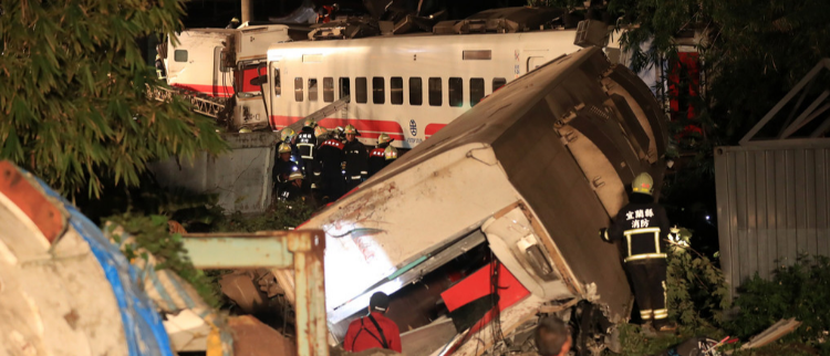 台湾列车出轨现场 已致18死