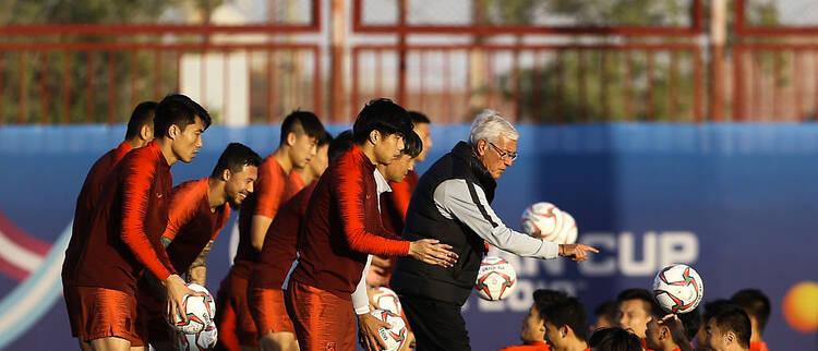 国足训练备战 里皮耐心指导