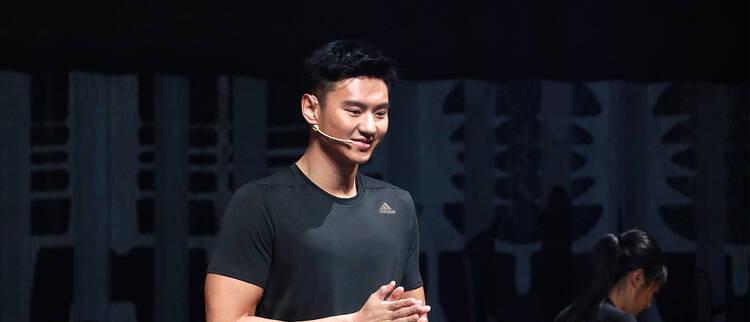 宁泽涛出席商业活动 与演员邓伦同台互动