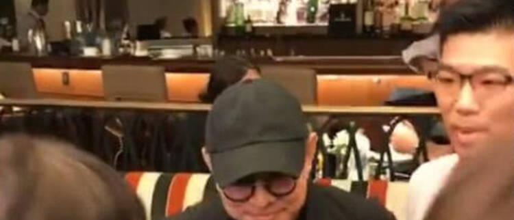55岁李连杰近照曝光 起身都很困难
