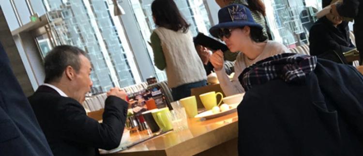 王石陪小30岁女友吃饭 桌上杯子比菜多