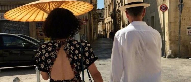 金星牵手洋老公散步 穿露背装成熟性感