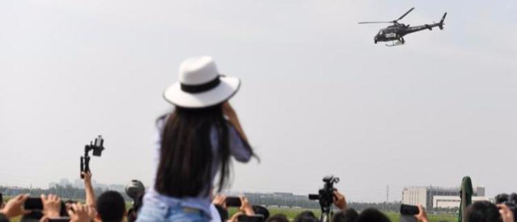 靓丽女粉丝零距离感受中国最新直升机