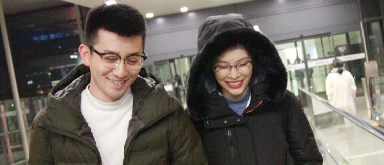吴敏霞与老公现身机场 超有夫妻相