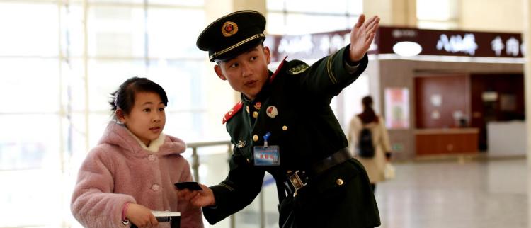 人类最大迁徙中,中国军人温暖旅客归家路