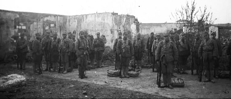 常德会战后矗立战场废墟的中国军人