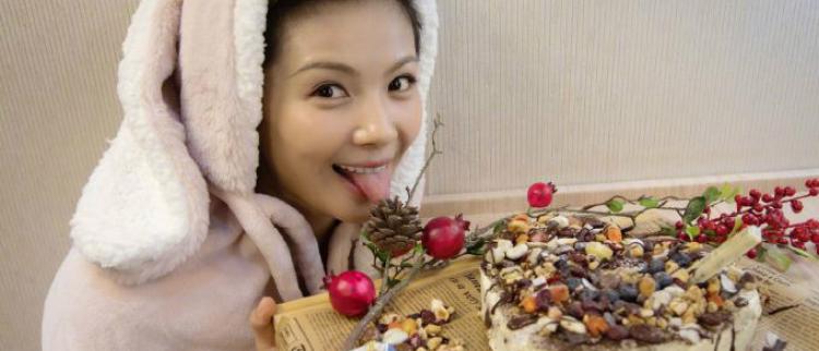 刘涛亲手做蛋糕为友人庆生 穿兔耳卫衣吐舌卖萌