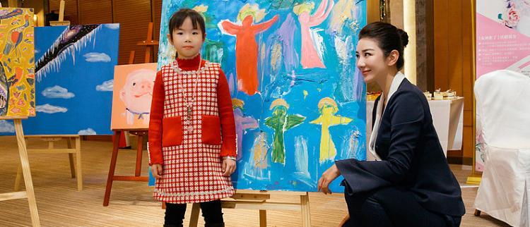 黄奕带女儿出席慈善活动 拍卖两人合作画作十分有爱
