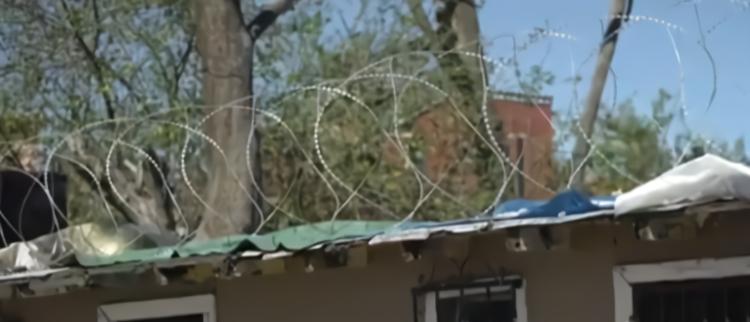 美墨边境墙的铁丝网被偷