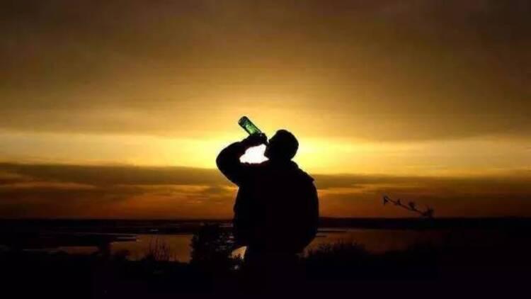 父亲把生活的苦,当成了酒......