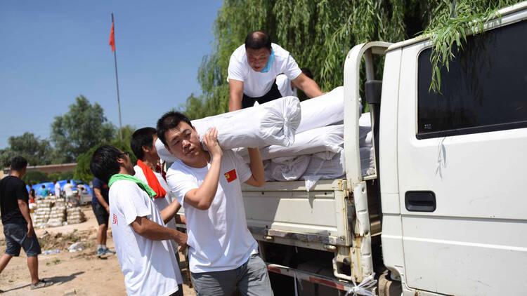 王宝强为家乡邢台捐15万物资 哥哥帮搬运