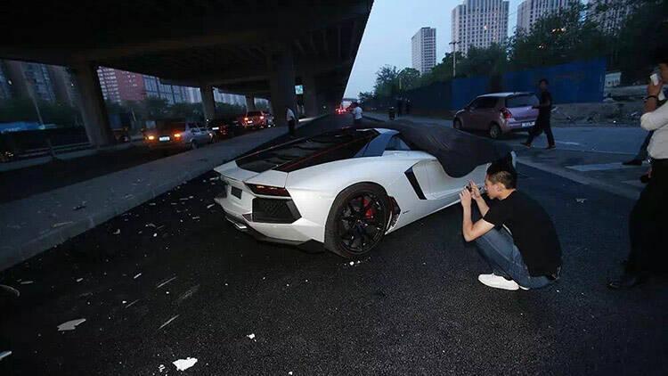 700万超跑当街撞北京桥墩 车主李易峰