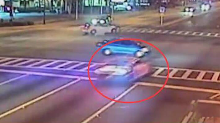 实拍警车高速闯红灯撞车 瞬间成渣
