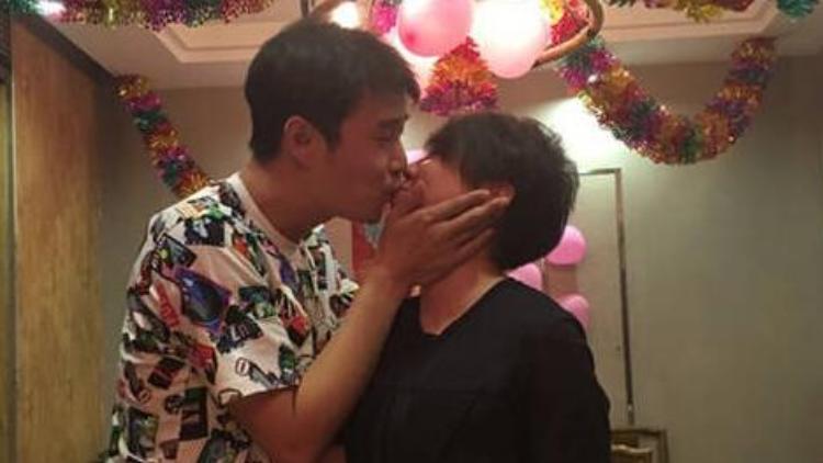 结婚12周年,小沈阳献吻爱妻