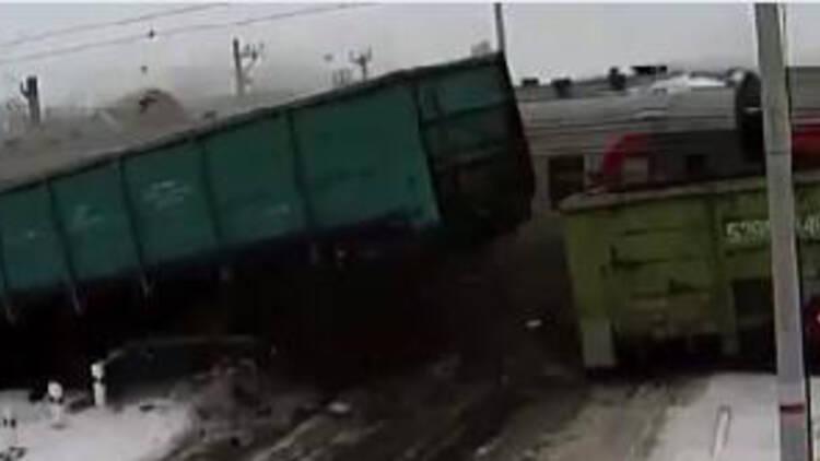 实拍卡车遭两辆火车惨烈撞击 碎片横飞