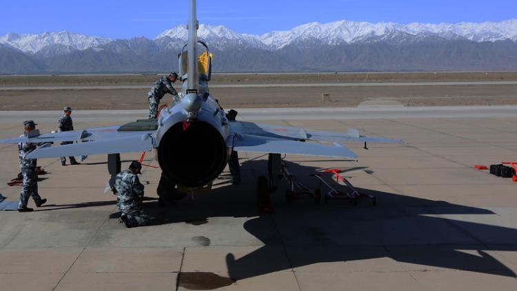 空军新飞行员驾歼7首次跨昼夜飞行