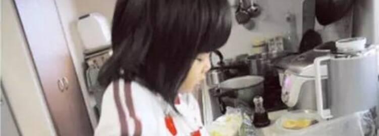日本狠心妈妈,逼着4岁女儿拿刀做菜