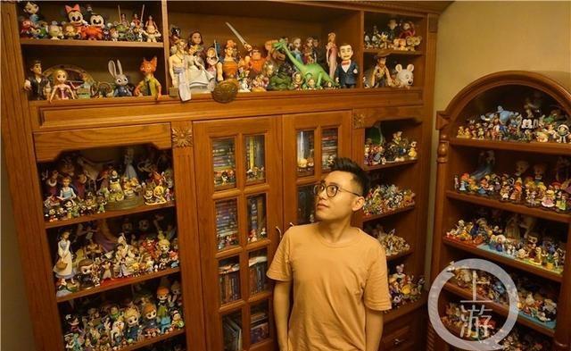 重庆小伙子15年收集上千迪士尼玩偶 绘制出迪士尼风格的重庆