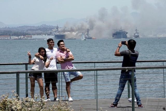美国战舰在燃烧,美国人民在欢笑?