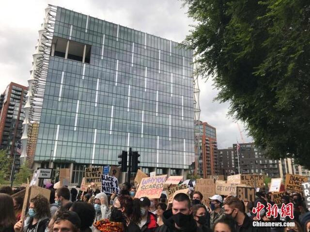 英极右分子示威酿冲突 首相:种族歧视无容身之所