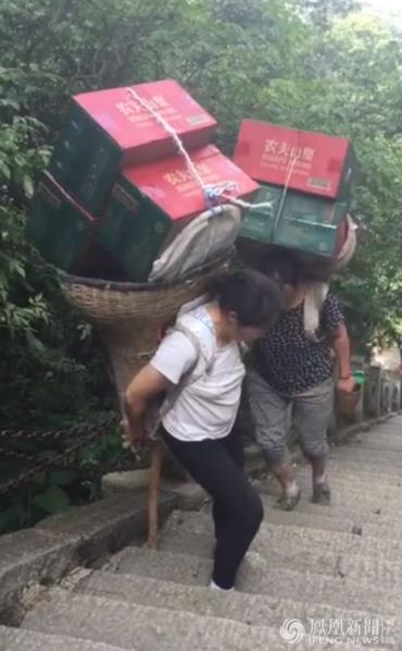 背山女工日背千斤 一斤赚一毛(组图)