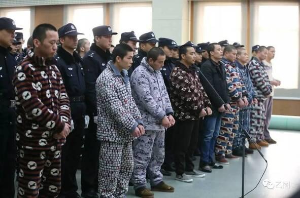 社会资讯_黑社会团伙穿睡衣上法庭_资讯频道_凤凰网