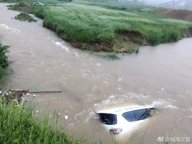 """越野车队开进小溪""""寻刺激"""" 被水淹没(组图)"""