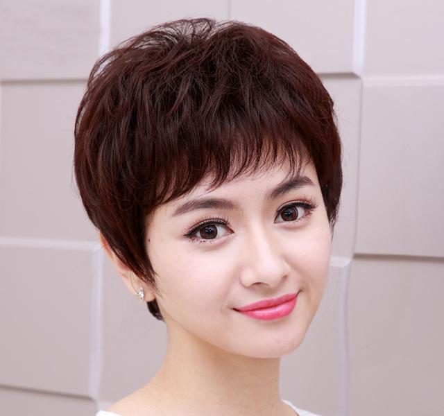 50岁女人短发最新发型_发型很有层次感,这款短发给人清爽,时髦个性的感觉,彰显女人干练,知性