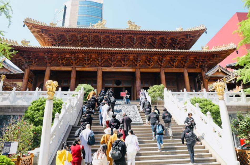 凤凰网佛教通讯员参访行记:繁华闹市中的上海静安寺