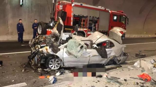 女司机34分钟看手机30次 猛撞隧道壁当场身亡