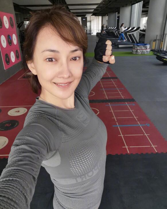 46岁牛莉素颜健身照曝光,皮肤白皙大秀好身材