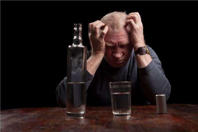 喝酒以后口干头疼,先别着急说酒不好,专家说还有着多种原因