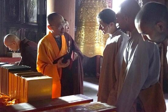 晒经节:少林寺公开晾晒珍藏古籍佛经