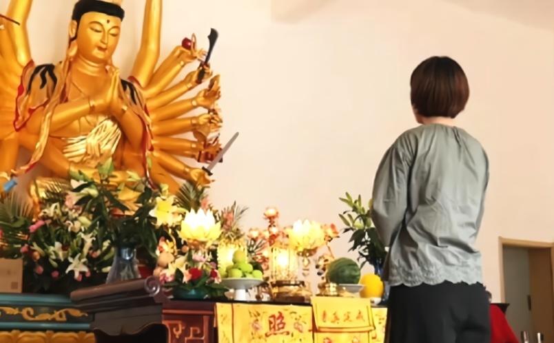 Vlog视频丨佛系美女向观音菩萨求姻缘 祝她早日脱单