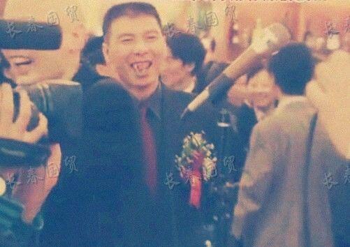 冯小刚和徐帆20年前结婚现场照曝光,冯导笑容憨厚,二人配合默契