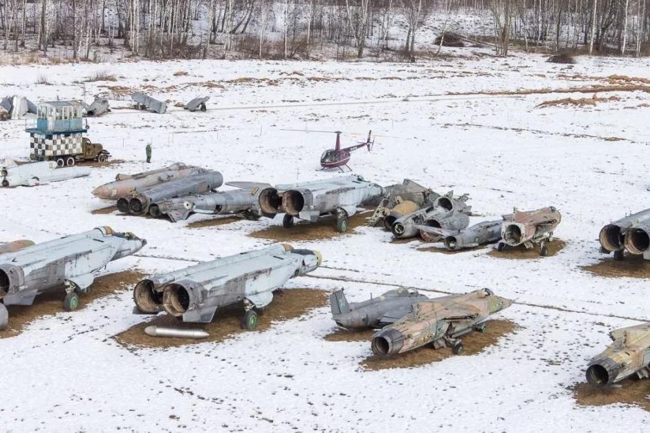 飞行员驾机叛逃,寄回30箱快递,拆开大怒:美国你等着!