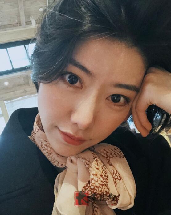 李亚鹏32岁女友近照曝光,五官精致面容清秀,是上海知名爵士女伶