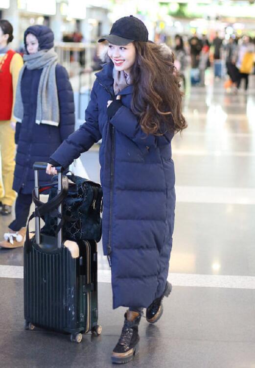 郎朗25岁娇妻现身机场,当她脱下羽绒服外套后,网友们沸腾了!