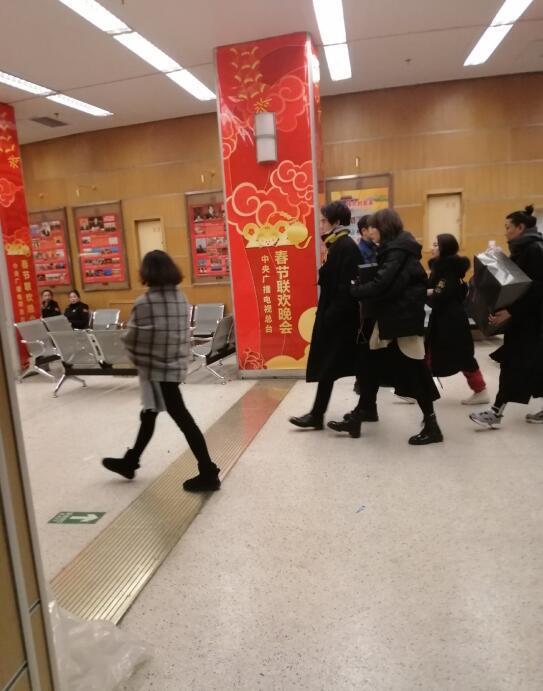 彭于晏現身央視春晚現場參加排練,身穿黑色大衣酷帥有型