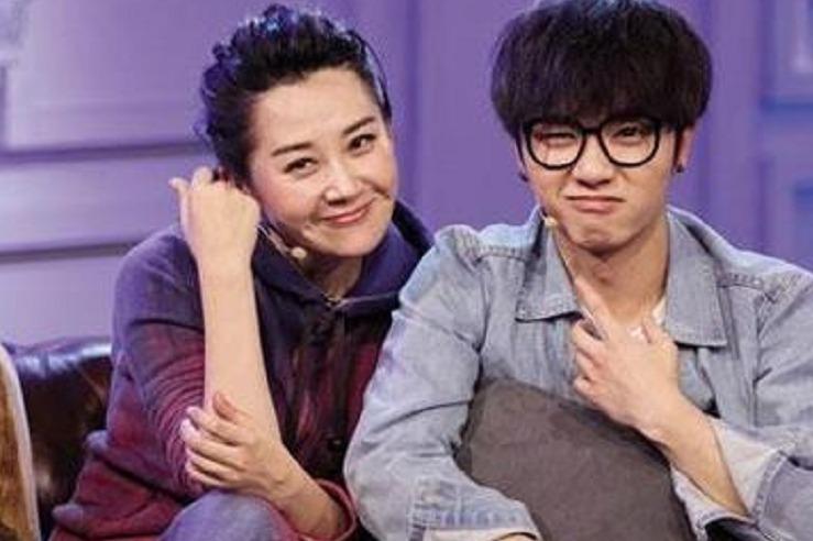 """许晴与小21岁华晨宇""""姐弟恋""""?许晴毫不隐瞒回应:我们俩很相爱"""