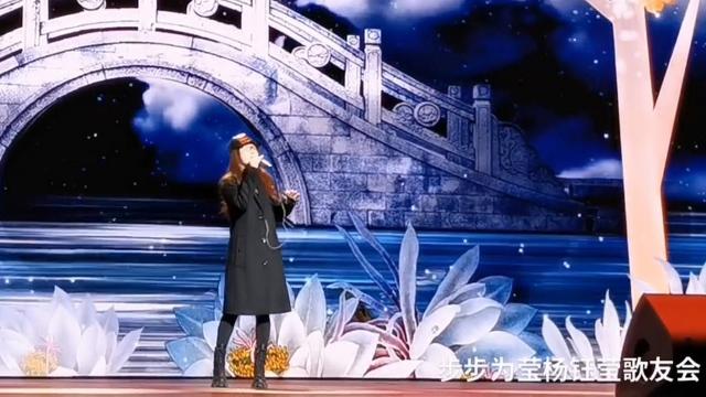 """杨钰莹成都彩排""""全民K歌""""盛典,再次翻唱《月圆花好》,好温柔"""