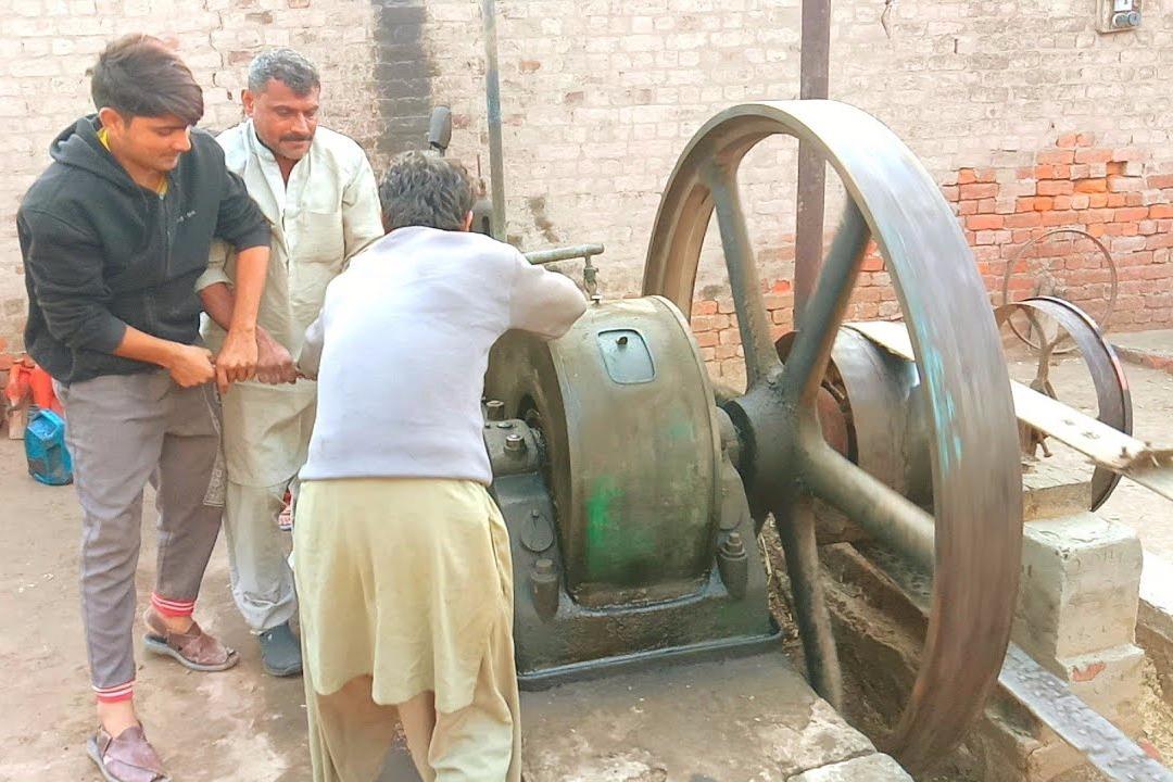印度村口的打米机,一台柴油机带动皮带打米,全村人都靠它打米