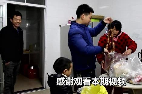 四川小伙开了18个小时车程,回湖南老丈人过年,还带了几口袋特产