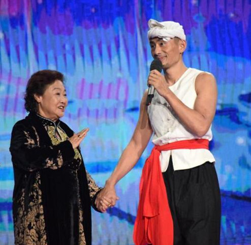 51岁草根歌手阿宝近照曝光,身穿七年前服装登台,满脸疲惫显苍老